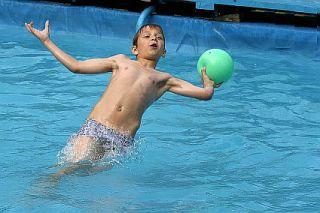 Игры у бассейна фото 373-436