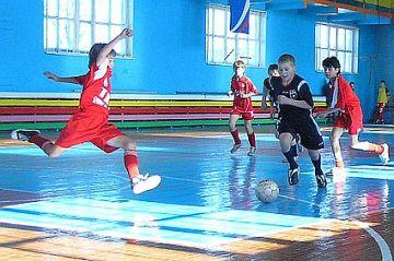 Подвижные игры с мячом Летний лагерь Приводим несколько подвижных игр с мячом совершенствующих не только технику передвижений но и технику владения мячом футбол